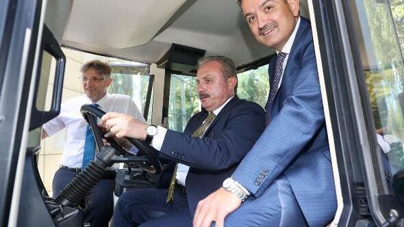 TBMM Başkanı ve Tarım bakanı elektrikli traktörü inceledi