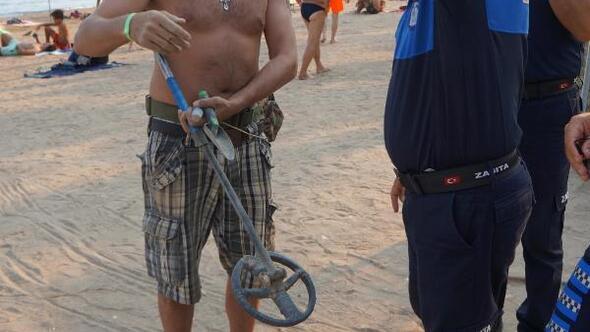 Halk plajında dedektörle arama yapan turist şaşırttı