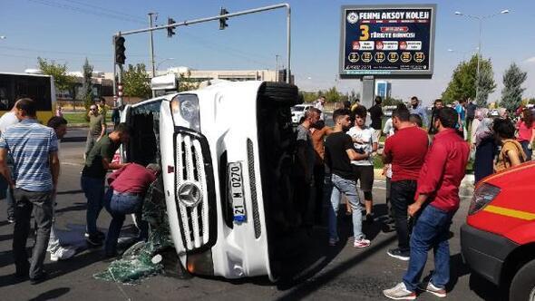 Yolcu minibüsü ile otomobil çarpıştı: 9 yaralı
