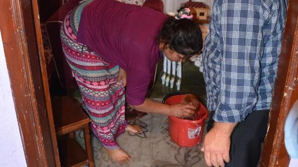 Sinopta gece etkili olan sağanakta su basan evlerde temizlik