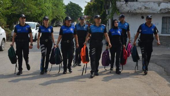Adanada polis 200 öğrenciye kırtasiye yardımı yaptı