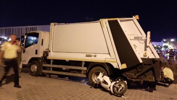 Otomobille çarpışıp savrulan motosikletli çöp kamyonun altıda can verdi