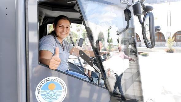 Mersindeki yol süpürme aracının tek kadın şoförü