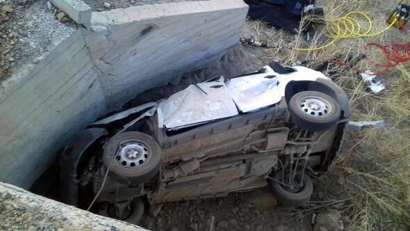 Menfez duvarına çarpan araçtaki 2si çocuk, 5 kişi öldü