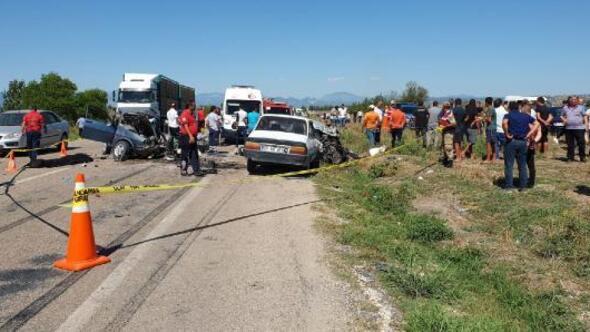 Kadirlide 3 araç çarpıştı: 1i çocuk, 3 kişi öldü