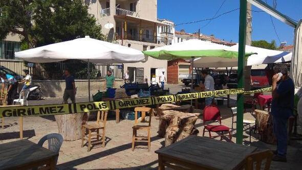 Foçada kafeterya sahibi silahlı saldırıda yaralandı