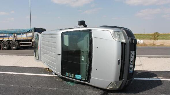 Hafif ticari araç, TIR'a çarptı: 5 yaralı