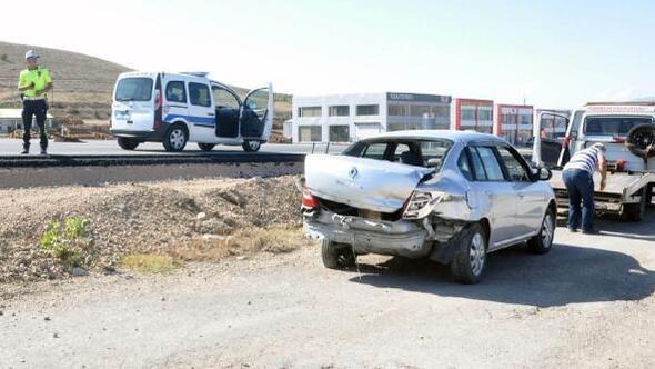 Suşehrinde TIR, otomobile çarptı: 2 yaralı