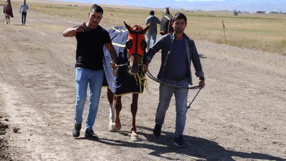 Ağrıda yapılan mahalli at yarışlarına büyük ilgi