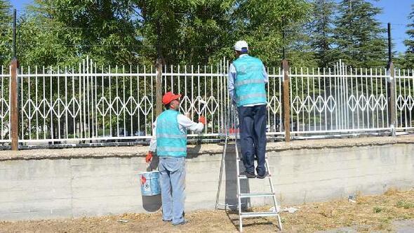 Yükümlüler huzurevinin bahçe duvar demirlerini boyadı