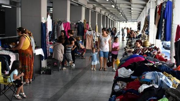 Ev kadınları ürünlerini pazarda satarak bütçeye katkı sağlıyor