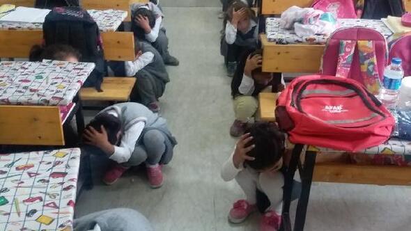 Öğrencilere afet çantası hazırlama ve deprem eğitimi