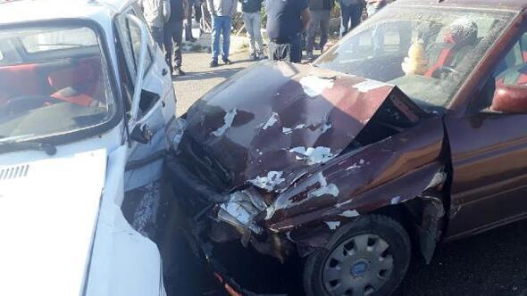 Dinarda otomobiller çarpıştı