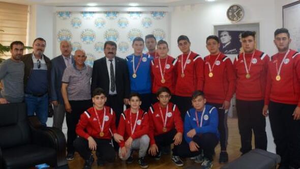 Şampiyonlardan Başkan Sarıya ziyaret