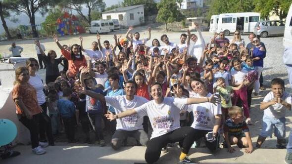 Eskişehirden gelen üniversitelilerden Milastaki köy okuluna sevgi eli