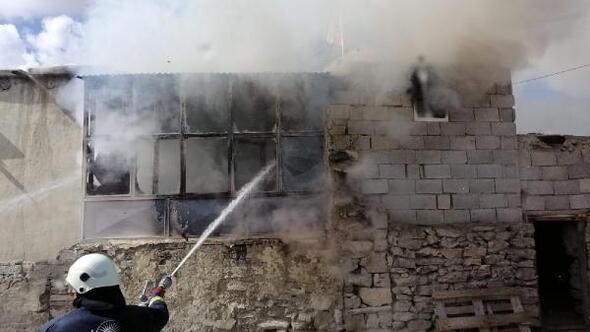 Vanda 6 kişilik ailenin evi yandı
