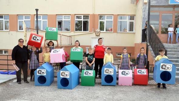 İlkokul öğrencileri sokak hayvanlarına kulübe yaptı
