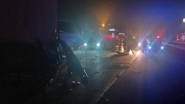 Minibüs TIRa çarptı: 1 ölü, 1 yaralı