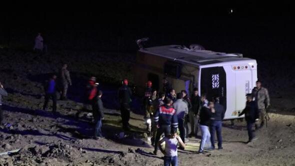 Vanda askerleri taşıyan midibüs devrildi: 26 yaralı