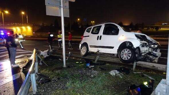 Bariyerlere çarpan hafif ticari araçtaki 1i bebek 4 kişi yaralandı