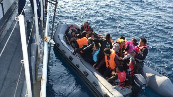 Lastik bot içinde 41i çocuk, 71 kaçak göçmen yakalandı