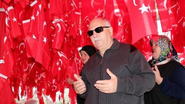 Geliboludaki türbeyi ziyaret eden herkes Türk bayrağı asıyor