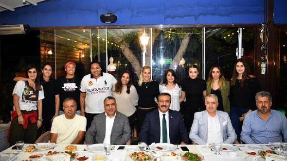 Başkan Çetinden kadın basketbolculara moral yemeği
