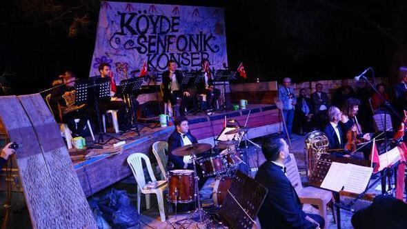 Edremitte, traktör kasasında, meşale ışığında 'senfonik konser'