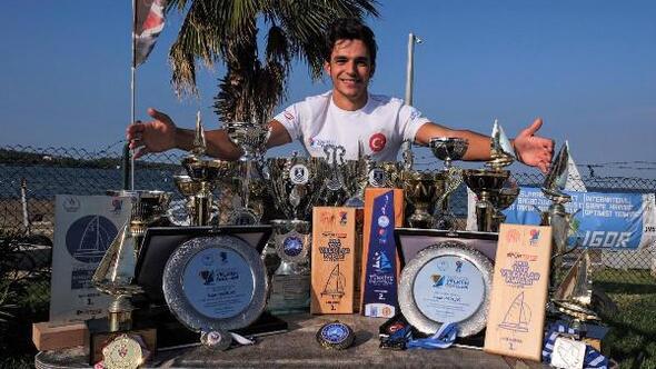 32 kupa kazanan üniversite öğrencisinin örnek başarısı