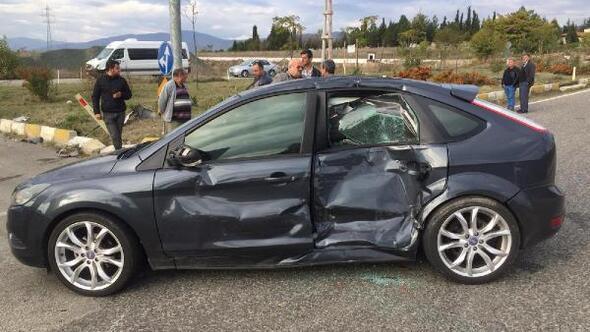 Minibüs otomobile çarptı: 4 yaralı