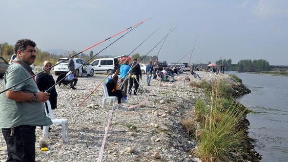 Denize kıyısı olmayan kentte, balık tutmak için yarıştılar