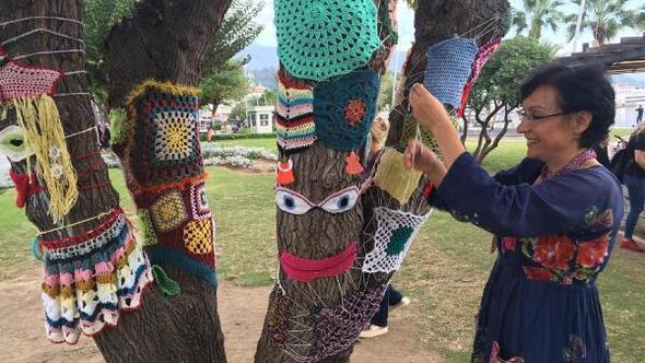 Renkli örgüleri, ağaçlara giydirdiler