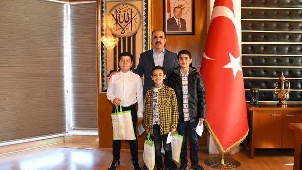 Konya Büyükşehir Belediye Başkanı, askerlere mektup yazan öğrencilerle buluştu