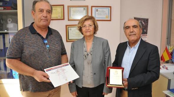 AKHAVdan 23 yıllık desteğe onur plaketi