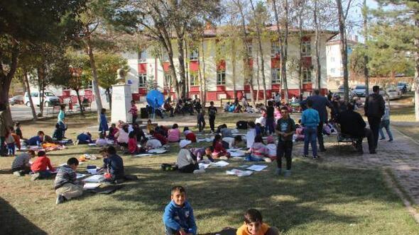 İlkokul öğrencileri müzik eşliğinde resim çizdi