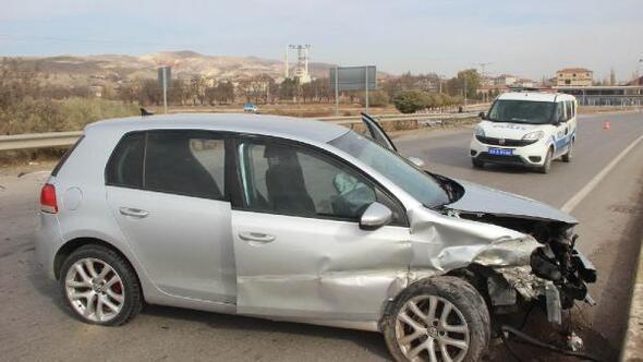 Gemerekte, bariyerlere çarpan otomobilin sürücüsü yaralandı