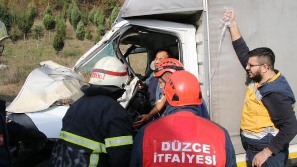 TIR'a çarpan kamyonetin sürücüsü yaralandı