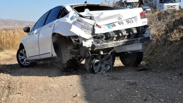 Kayseride TIR otomobile çarptı: 4 yaralı
