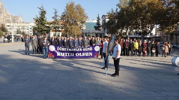 Öğretmenler, Atatürk Anıtına çelenk sundu