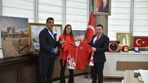 Başkan Beyoğlu, karate şampiyonuna ödül