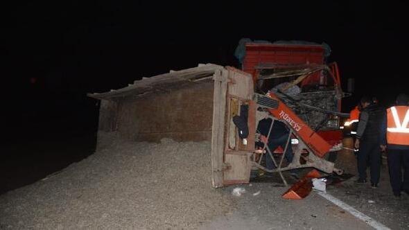 Kamyon traktöre arkadan çarptı: 2 yaralı