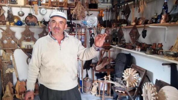 Çiftçi, tahta oymacılığında atölye kurdu