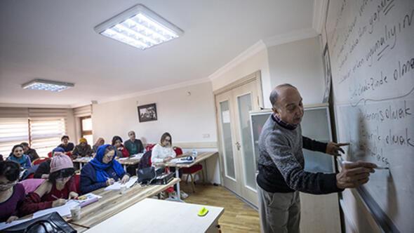 Yabancı kursiyerlere gönülle öğretiyor