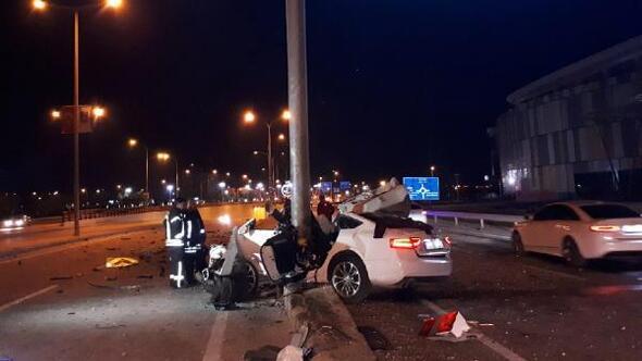 Direğe çarpıp, hurdaya dönen otomobilin sürücüsü öldü