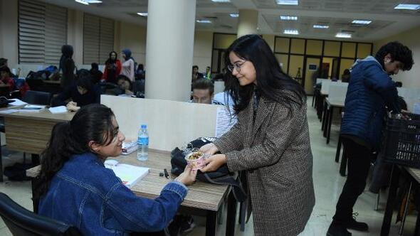 Ders çalışan öğrencilere Anne eli değmiş gibi ikram
