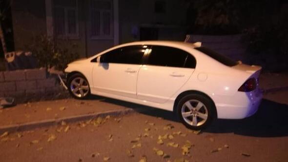 Otomobil bahçe duvarına çarptı; 17 yaşındaki sürücü yaralandı