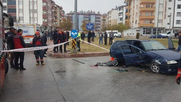 Elazığda otomobil direğe çarptı: 1 ölü, 2 yaralı