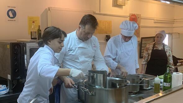 Michelin yıldızlı şef üniversite mutfağında
