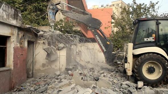 Akdenizde metruk binalar yıkılıyor