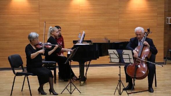Üniversitede Piyanolu Trio konseri